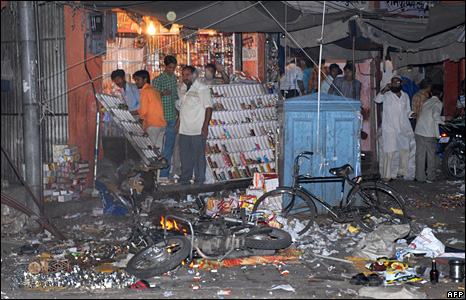 People look at the aftermath of the bombings in Jaipur (13 May 2008)
