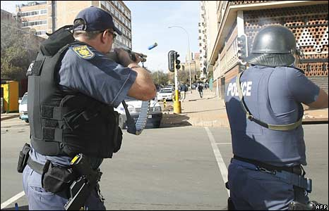 South African policemen fire rubber bullets in Johannesburg on 18 May 2008