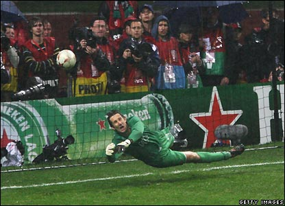 Van der Sar saves to win it for Man Utd