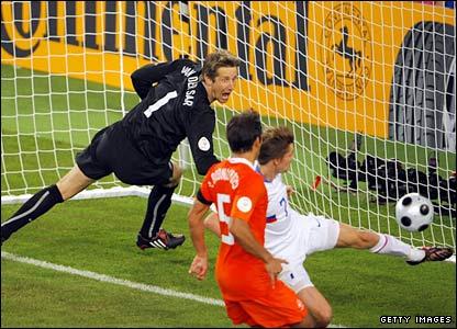 Van der Sar, na hora do segundo gol russo.