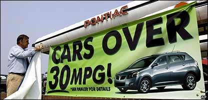 Un auto Pontiac, de GM, es promocionado por su bajo consumo de gasolina