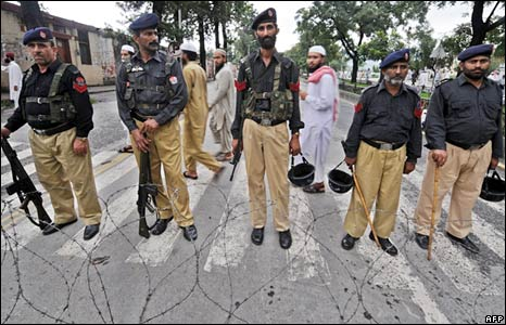 Pakistani police at rally outside Red Mosque, 6 July 2008.