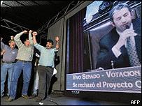 L�deres del agro festejan el voto del vicepresidente Cobos en contra del gobierno.