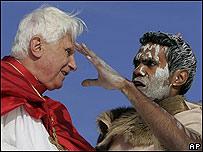 Papa con aborigen australiano