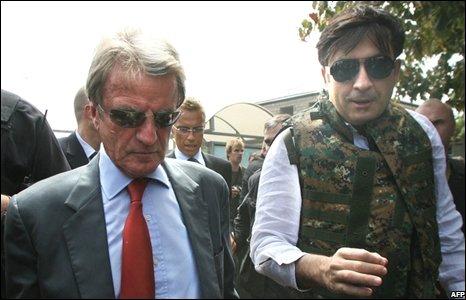 Georgian President Mikhail Saakashvili (R) and French Foreign Minister Bernard Kouchner visit Gori