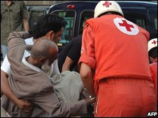 Lebanese Red Cross volunteers help a wounded man in Tripoli (13/08/2008)