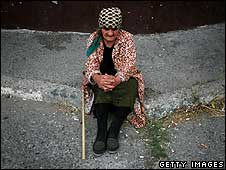A displaced Georgian woman rests just outside the town of Gori (15/08/08)