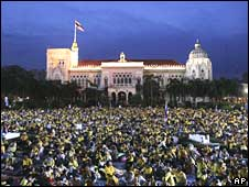 Supporters of Thailand's opposition People's Alliance for Democracy besiege Government House in Bangkok on Tuesday evening
