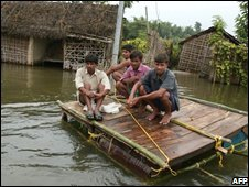 Villagers sit on a makeshift raft in India's Poornia district (29/08/2008)