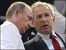 Vladimir Putin (L) talks with George Bush in Beijing (8 August)