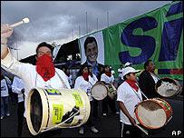 Seguidores de Correa festejando en Quito