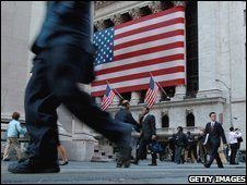 Pedestrians outside the New York Stock Exchange on Wall St (02/10/2008)
