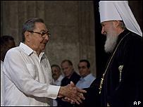 Raúl Castro saluda a un responsable de la iglesia ortodoxa rusa