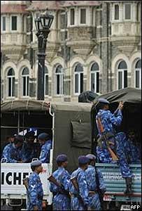 Soldados indios en Taj Mahal el domingo