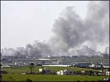 Smoke rises over the Gaza Strip (6 January 2009)