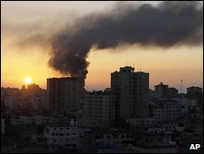 Smoke rises over Gaza (06/01/2009)