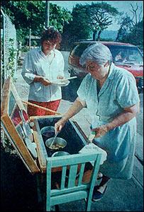 Mujeres cocinando con un horno solar