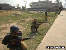 Pakistani soldiers take aim against militants in Manawan, Lahore