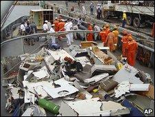 Brazilian Navy ship Caboclo with plane debris  19.6.09