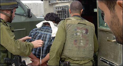 46163126 arrest466 Routine: Misshandlung von Jugendlichen durch  israelische Armee