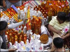Fireworks stall in Manilla, Philippines (31 Dec 2009)