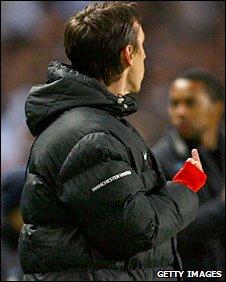 Neville qui salut son ancien coéquipier Tevez, après son 2e but