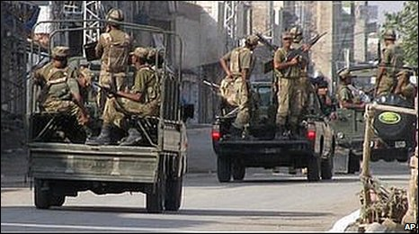 Pakistan Army troops prepare to leave for patrolling during a curfew in Bannu (October 2009)