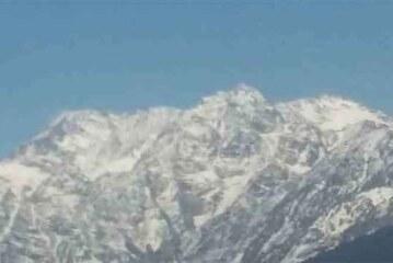 उत्तराखंडः ऊंची चोटियों में बर्फबारी से लुढ़का पारा, गर्मी से राहत