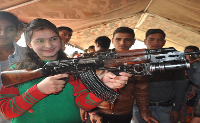 सेना मेला में अस्त्र-शस्त्र देख रोमांचित हुए लोग