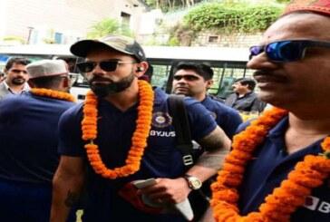 धर्मशाला पहुंचते ही भारतीय खिलाड़ियों का फूल और मालाओं से टीका लगाकर स्वागत किया गया