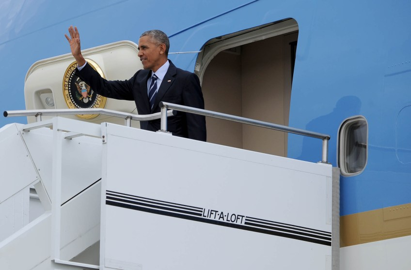 Air Force One to lands carrying President Barack Obama at the 171st Air Refueling Wing in Coraopolis. (Photo by Michael Henninger/Post-Gazette)