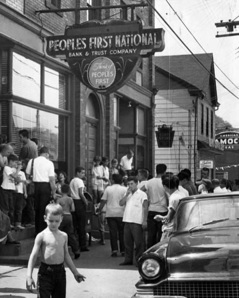 Crowd gathers outside Peoples First National Bank branch at Hays following robbery. (Sun-Telegraph)