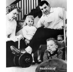 With help from his family, Stautner recovered from knee surgery in 1960. (UPI photo)