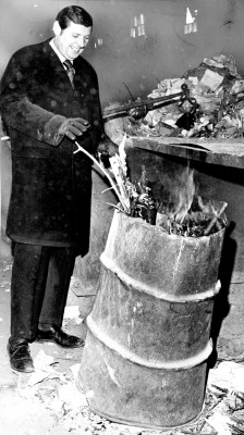Mayor Pete Flaherty keeps warm a barrel fire at the incinerator, January 21, 1970 (Pittsburgh Press photo)