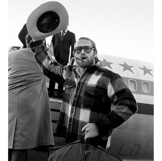 Bradshaw waves goodbye to fans in 1975. (Robert Pavuchak/Pittsburgh Press)