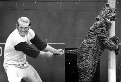 Bradshaw clowning with a Bengal mascot in 1972. (Pittsburgh Press photo)