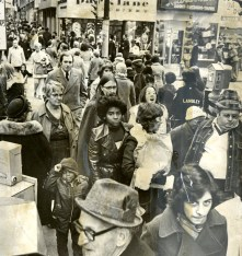 Friday-after-Thansgiving shoppers are mostly preoccupied with window shopping (Robert Pavuchak/Pittsburgh Press, November 29, 1974)