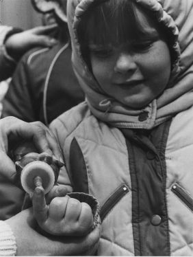 A young girl scout gets a taste of syrup made in Pennsylvania while on a tour in 1985. (Michael Chikiris/Pittsburgh Press)