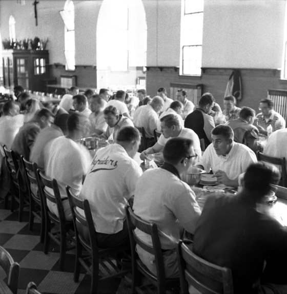 Meal time at the Steelers training camp. (Stewart Love/The Pittsburgh Press)