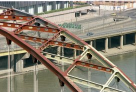 The Fort Pitt Bridge getting repainted into Aztec gold, 1981. (Post-Gazette photo)