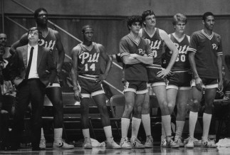 Pitt coach Roy Chipman and players look on from the bench in the closing moments of a loss to West Virginia in December 1983. (Marlene Karas/The Pittsburgh Press)