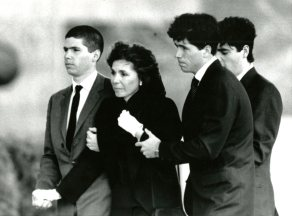 Mrs. Heinz enters Heinz Chapel with her three son (Post-Gazette/Apr.10, 1991)