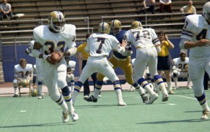 Dorsett carries the ball in an intersquad game in 1974. (The Pittsburgh Press)