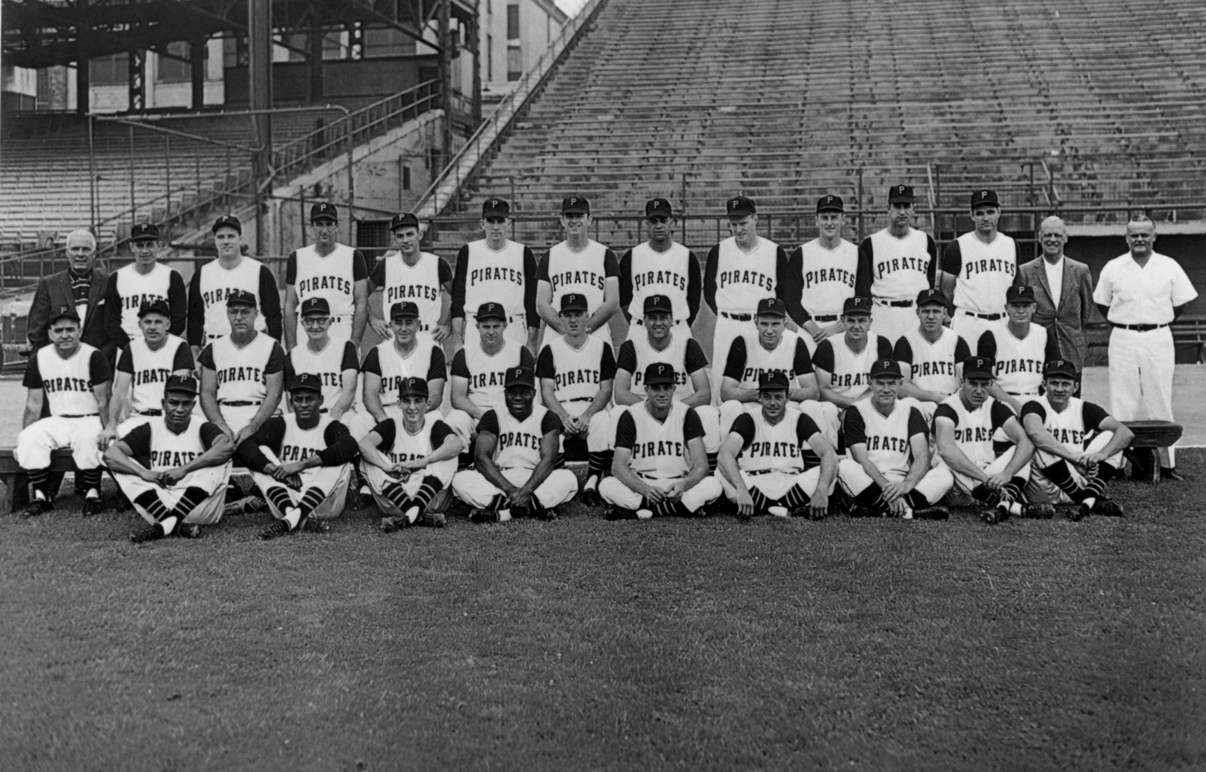 The 1960 World Series champion Pittsburgh Pirates pose for a photo.