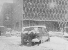 Two people try to get a van moving on Stanwix Street near First Avenue on Jan. 18, 1978.