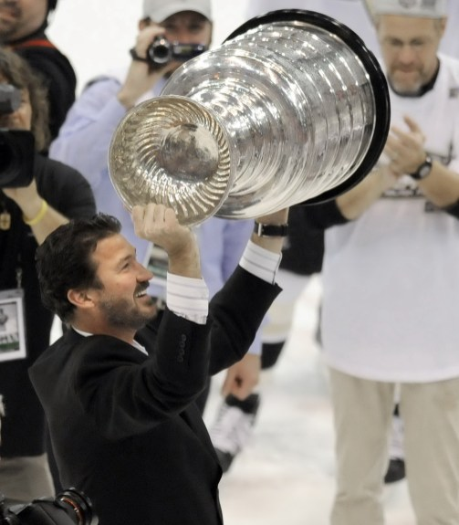 Penguins owner Mario Lemieux lifts the cup after defeating Detroit in Game 7 of the Stanley Cup, June 12, 2009. (Matt Freed/Post-Gazette)