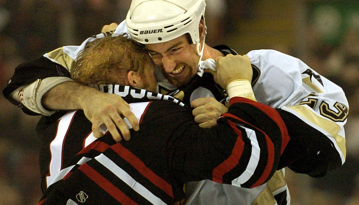 Steve McKenna mixes it up with Blackhawks forward Ryan VandenBussche Dec. 29, 2003, at Mellon Arena. (Peter Diana/Post-Gazette)