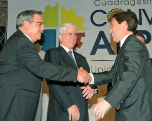 Oriental President José Rafael-Fernández, right, receives the award from Puerto Rico Products Association executives.