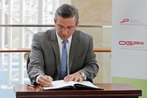 Gov. García-Padilla signs the trio of orders at the Puerto Rico Convention Center Tuesday.