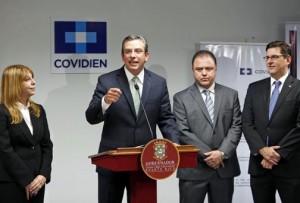 Gov. García-Padilla offers details of Coviden's expansion in Ponce. (Credit: La Fortaleza/Jorge Santiago-Rivera)